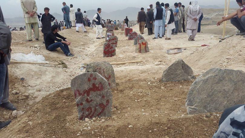 ماتم ملی در سوگ ۸۵ شهید جنبش روشنایی؛ شهدا به خاک سپرده شدند