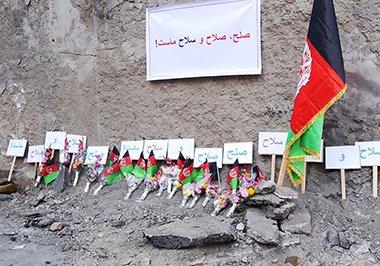 کابلی ها به یادبود از قربانیان حمله مرگبار اخیر در محل رویداد گل گذاشتند